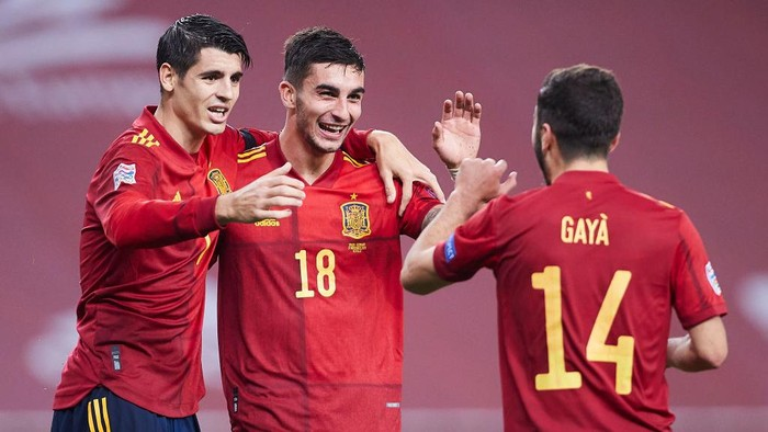 SEVILLE, SPAIN - NOVEMBER 17: Ferran Torres of Spain celebrates scoring his teams fifth goal with team mates during the UEFA Nations League group stage match between Spain and Germany at Estadio de La Cartuja on November 17, 2020 in Seville, Spain. (Photo by Fran Santiago/Getty Images)