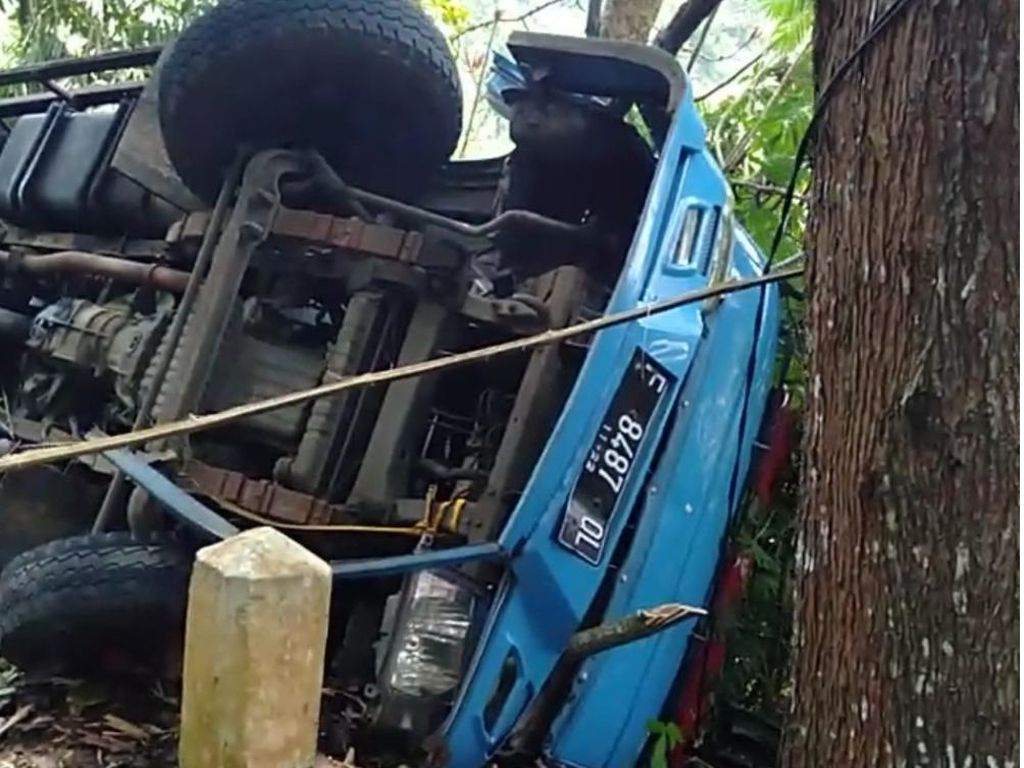 Truk Logistik KPU Terguling di Sukabumi Bermuatan Kotak Suara