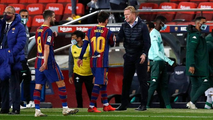 BARCELONA, SPAIN - NOVEMBER 07: Lionel Messi of FC Barcelona with Ronald Koeman, Head Coach of FC Barcelona following the La Liga Santader match between FC Barcelona and Real Betis at Camp Nou on November 07, 2020 in Barcelona, Spain. Sporting stadiums in Spain remain under strict restrictions due to the Coronavirus Pandemic as Government social distancing laws prohibit fans inside venues resulting in games being played behind closed doors. (Photo by Eric Alonso/Getty Images)
