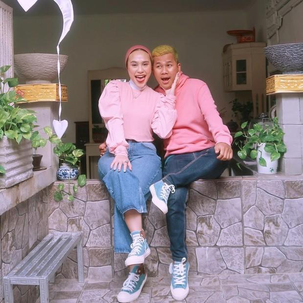 Ashilla Sikado dan pacar saling dudung berdampingan/instagram.com/ashillasikado