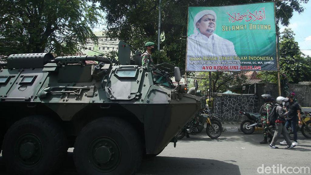 Bawa Panser Prajurit TNI Copot Spanduk Habib Rizieq