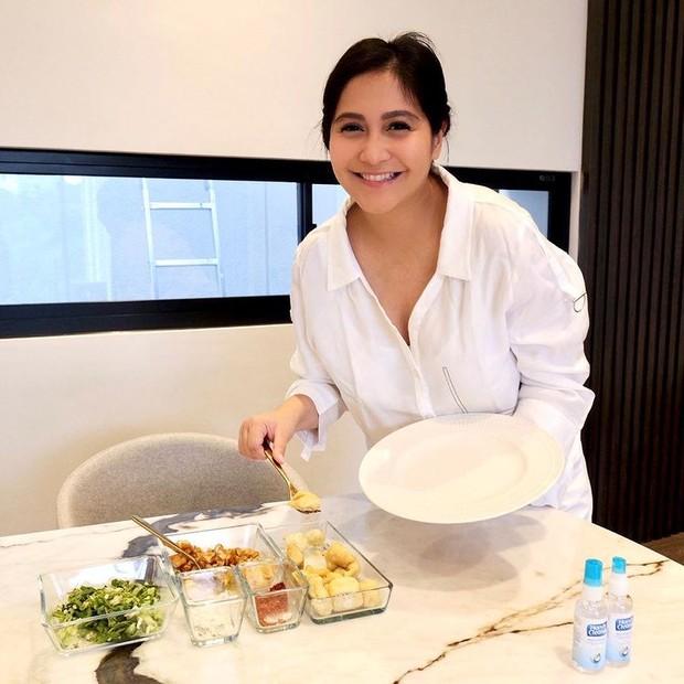 Caca Tengker sedang menyiapkan makanan untuk keluarga/instagram.com/cacatengker