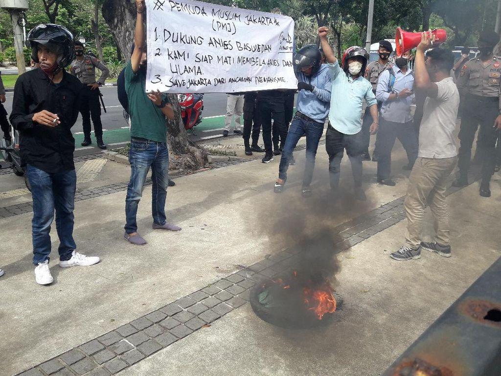 Balai Kota DKI Jakarta Didemo Massa Pro dan Kontra-Anies