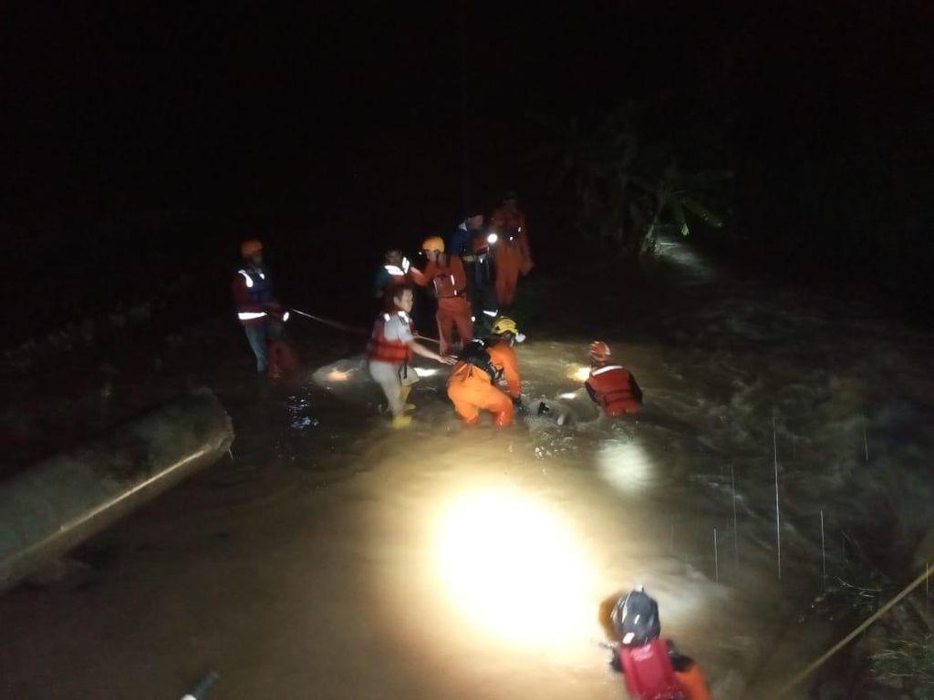 2 Pemotor Berboncengan Hilang Terseret Arus Banjir di Kendal