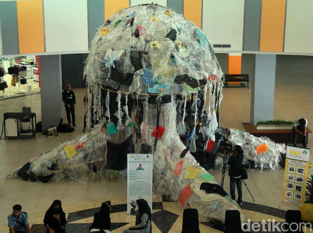 Wow! Ada Ubur-ubur Raksasa dari Sampah Plastik