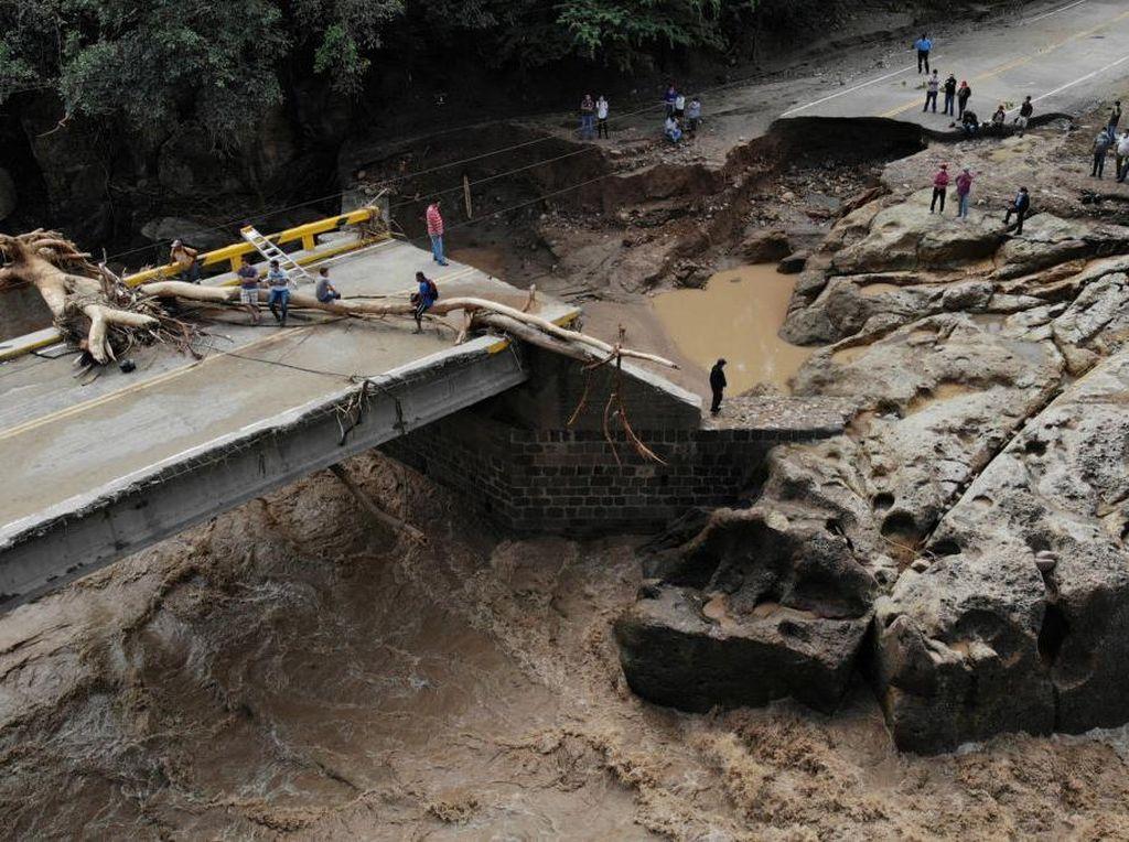 Jembatan Hancur Terdampak Badai Iota di Honduras