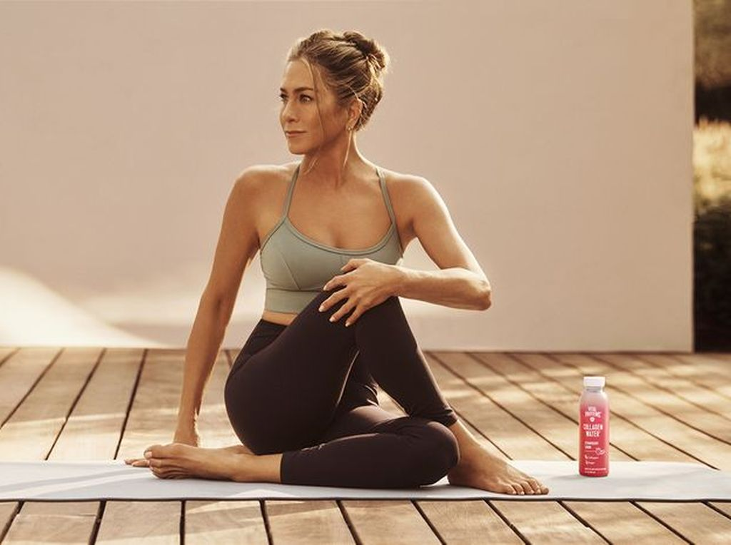 Body Goals, Penampilan Menawan Jennifer Aniston Pakai Sport Bra di Usia 51
