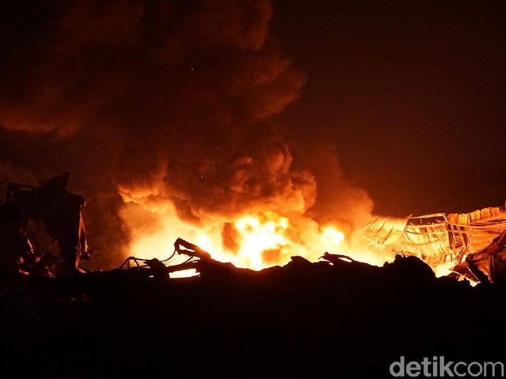 Kebakaran Pabrik Perabotan Rumah Tangga di Mojokerto Dipicu Percikan Las