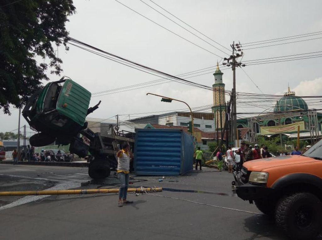 Truk Terguling dengan Kepala Terangkat Usai Tabrak Mobil di Pasuruan