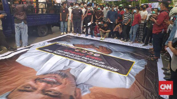 Ratusan orang yang tergabung dalam Laskar Front Pembela Pancasila di Medan, Sumatera Utara menolak kedatangan petinggi FPI Rizieq Shihab, Jumat (20/11).