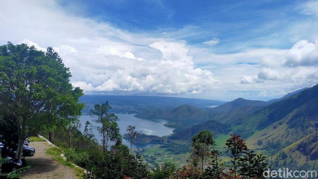 Foto: Pemandangan Cantik Danau Toba dari Menara Pandang Tele