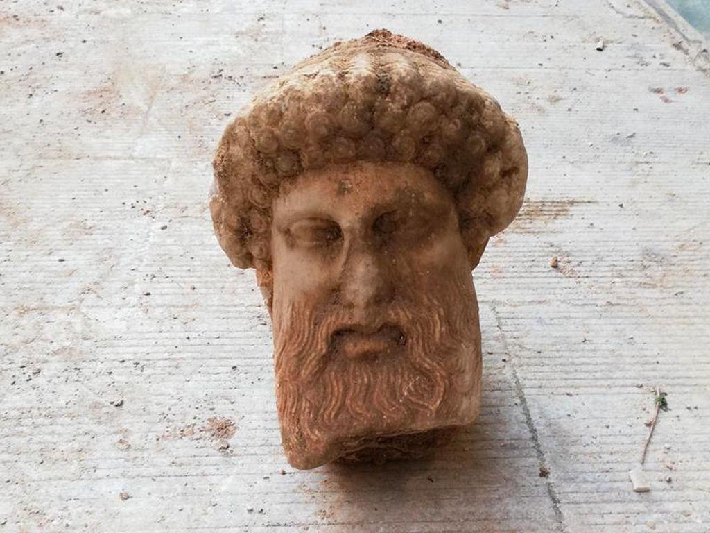 Lagi Bersihkan Selokan, Petugas Temukan Patung Dewa Hermes
