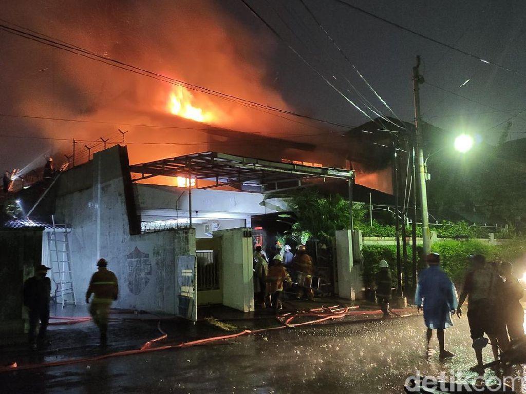 Sebuah Rumah di Semarang Kebakaran, 5 Mobil Damkar Dikerahkan
