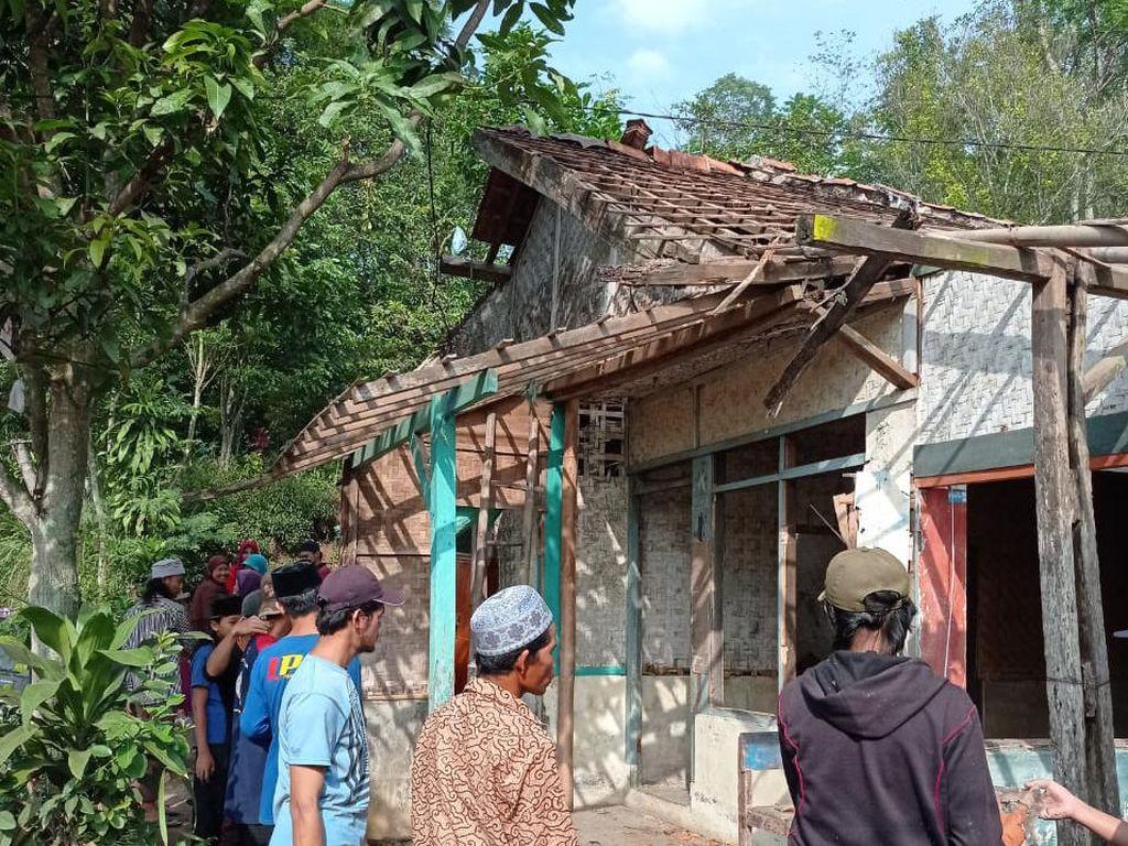 Puluhan Rumah Rusak Disapu Puting Beliung di Bandung Barat