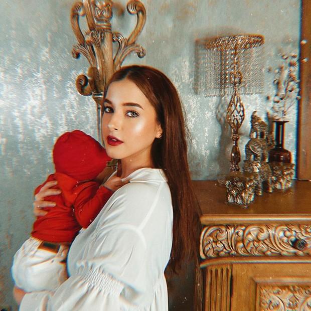 Tasya Farasya dan baby Maryam kompak memakai outfit putih merah/instagram.com/tasyafarasya