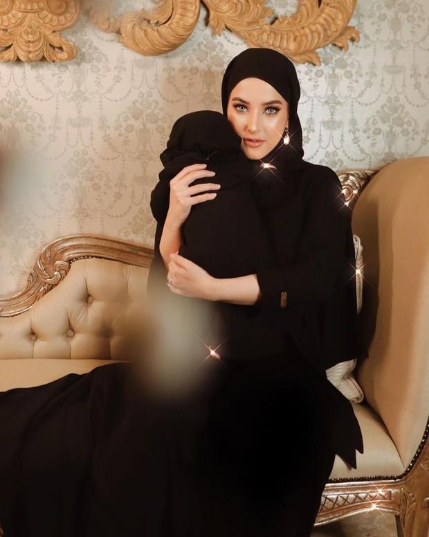 Tasya Farasya dan baby Maryam memakai busana muslimah warna hitaminstagram.com/tasyafarasya