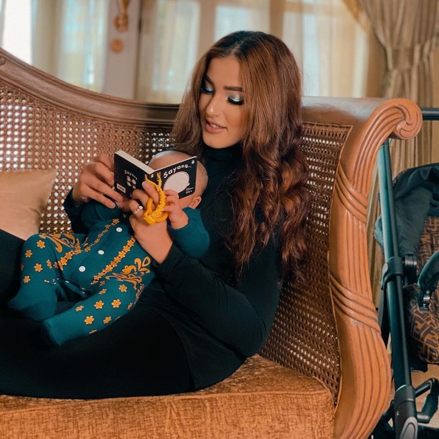 Tasya Farasya dan baby Maryam membaca buku bareng/instagram.com/tasyafarasya