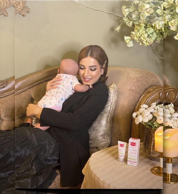 Tasya Farasya dan baby Maryam tengah bersantai di atas bangku/instagram.com/tasyafarasya