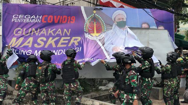 TNI Turunkan Baliho Habib Rizieq di Jakarta