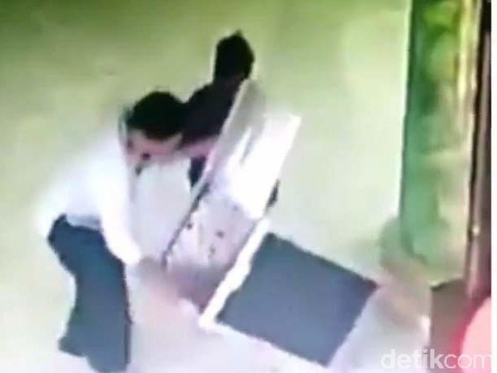 Sehari, Bapak, Ibu dan Anak Dua Kali Terekam CCTV Mencuri di Masjid