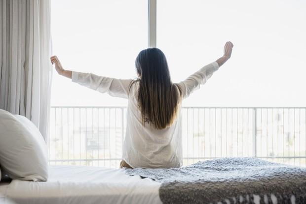 Poin yang satu ini merupakan rutinitas bagi para orang sukses dan kaya. Sebab, bangun di pagi hari akan membuat kamu lebih fokus dan enggak tergesa-gesa dalam melakukan aktivitas.