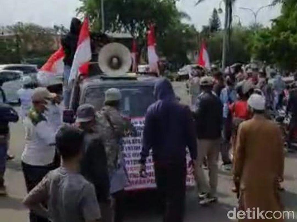 Demonstran Penolak Habib Rizieq dan Massa FPI Nyaris Bentrok di Karawang