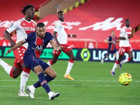 Paris Saint-Germain's French forward Kylian Mbappe (2L) shoots and scores a goal  during the French L1 football match between Monaco (ASM) and Paris Saint-Germain (PSG) at the Louis II Stadium in Monaco on November 20, 2020. (Photo by Valery HACHE / AFP)