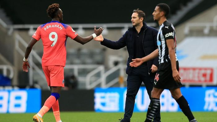 NEWCASTLE UPON TYNE, ENGLAND - NOVEMBER 21: Tammy Abraham of Chelsea and Frank Lampard, Manager of Chelsea celebrate following their teams victory in the Premier League match between Newcastle United and Chelsea at St. James Park on November 21, 2020 in Newcastle upon Tyne, England. Sporting stadiums around the UK remain under strict restrictions due to the Coronavirus Pandemic as Government social distancing laws prohibit fans inside venues resulting in games being played behind closed doors. (Photo by Lindsey Parnaby - Pool/Getty Images)