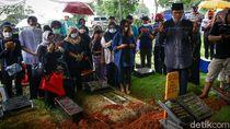 Suasana Haru Pemakaman Legenda Sepakbola RI Ricky Yacobi