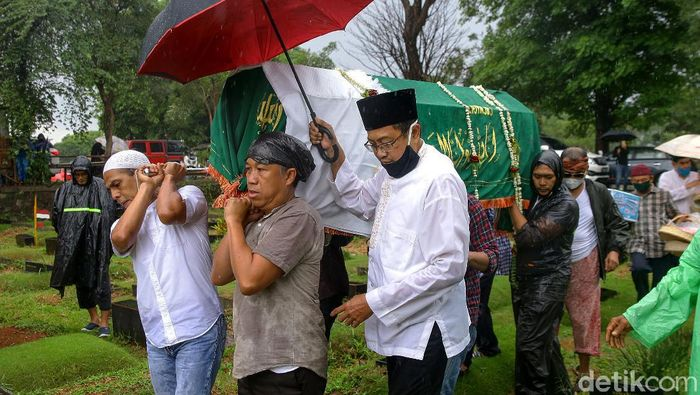 Pemakaman legenda Sepak Bola Indonesia Ricky Yacobi berlangsung di TPU Tanah Kusir, Jakarta. Diiringi hujan deras, pemakaman tersebut berlangsung sangat haru.