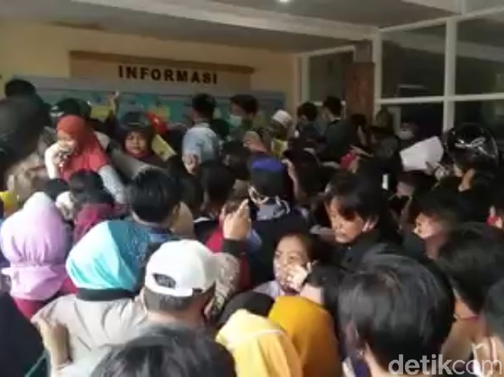 Pengurusan KTP di Mojokerto Ricuh, Gerbang Roboh dan Ada yang Pingsan