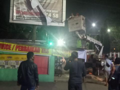 Polisi dan Satpol PP menurunkan spanduk Habib Rizieq di Palembang