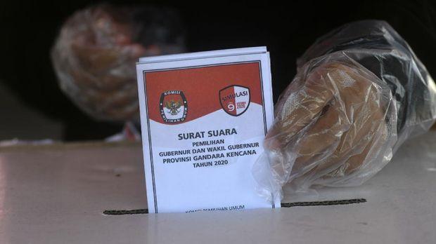 Seorang warga menggunakan sarung tangan plastik guna meminimalisir penyebaran COVID-19 saat mengikuti simulasi pemungutan suara Pilkada 2020, di Lapangan Vatulemo, Palu, Sulawesi Tengah, Sabtu (21/11/2020). Simulasi yang digelar oleh Komisi Pemilihan Umum (KPU) Sulawesi Tengah bekerjasama dengan KPU Kota Palu tersebut dimaksudkan untuk meningkatkan pemahaman masyarakat maupun kemampuan petugas di TPS serta meminimalisir pelanggaran protokol kesehatan dalam pelaksanaan Pilkada yang dilaksanakan dalam masa Pandemi COVID-19. ANTARA FOTO/Mohamad Hamzah/hp.