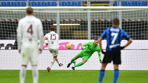 MILAN, ITALY - NOVEMBER 22: Cristian Ansaldi of Torino scores their sides second goal from the penalty spot past Samir Handanovic of Inter Milan during the Serie A match between FC Internazionale and Torino FC at Stadio Giuseppe Meazza on November 22, 2020 in Milan, Italy. Sporting stadiums around Italy remain under strict restrictions due to the Coronavirus Pandemic as Government social distancing laws prohibit fans inside venues resulting in games being played behind closed doors. (Photo by Valerio Pennicino/Getty Images)
