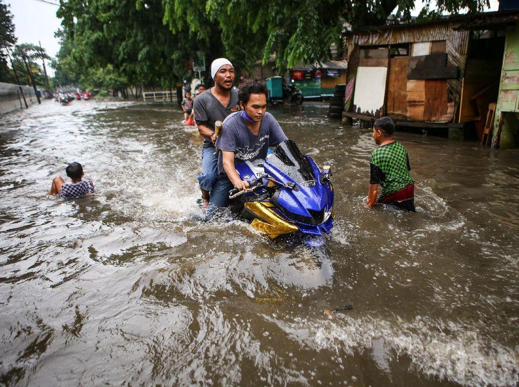 Aksi Para Pemotor Terobos Banjir di Tangerang
