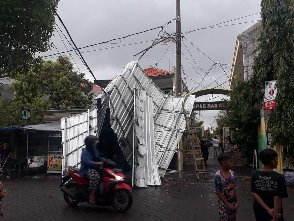 Hujan dan Angin Kencang di Surabaya, Atap Rumah Terbang Timpa Kabel Listrik