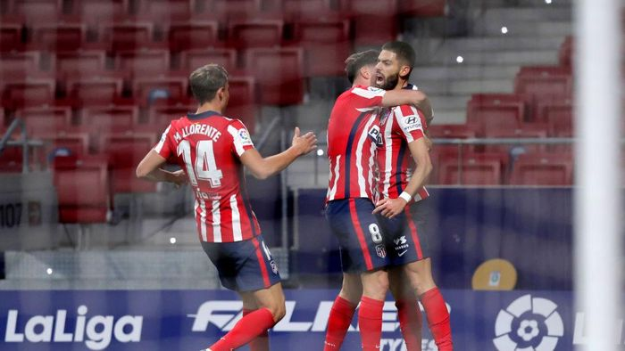 MADRID, SPAIN - NOVEMBER 21: Yannick Carrasco of Atletico de Madrid celebrates with teammate Marcos Llorente and Saul Niguez after scoring his teams first goal during the La Liga Santander match between Atletico de Madrid and FC Barcelona at Estadio Wanda Metropolitano on November 21, 2020 in Madrid, Spain. Football Stadiums around Europe remain empty due to the Coronavirus Pandemic as Government social distancing laws prohibit fans inside venues resulting in fixtures being played behind closed doors. (Photo by Gonzalo Arroyo Moreno/Getty Images)