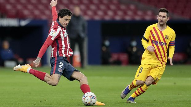 Atletico Madrid's Jose Gimenez clears the ball clear from Barcelona's Lionel Messi during the Spanish La Liga soccer match between Atletico Madrid and FC Barcelona at the Wanda Metropolitano stadium in Madrid, Spain, Saturday, Nov. 21, 2020. (AP Photo/Bernat Armangue)