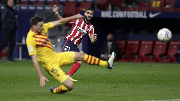 MADRID, SPAIN - NOVEMBER 21: Yannick Carrasco of Atletico de Madrid scores his teams first goal past Clement Lenglet of FC Barcelona during the La Liga Santander match between Atletico de Madrid and FC Barcelona at Estadio Wanda Metropolitano on November 21, 2020 in Madrid, Spain. Football Stadiums around Europe remain empty due to the Coronavirus Pandemic as Government social distancing laws prohibit fans inside venues resulting in fixtures being played behind closed doors. (Photo by Gonzalo Arroyo Moreno/Getty Images)