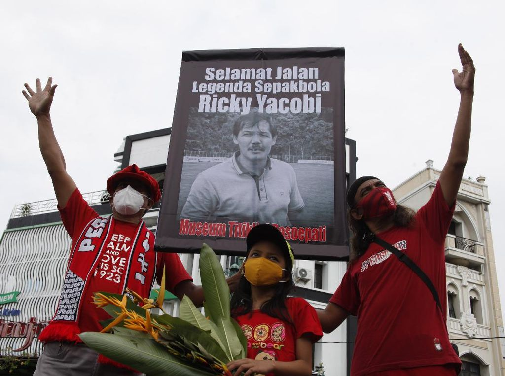Begini Cara Suporter Bola di Solo Mengenang Mendiang Ricky Yacobi