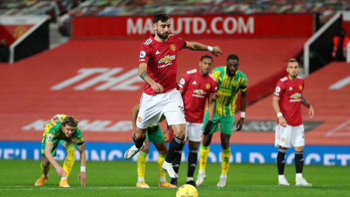 MANCHESTER, ENGLAND - NOVEMBER 21: Bruno Fernandes of Manchester United scores his teams first goal, a penalty which he is retaking following a VAR review that decided Sam Johnstone of West Bromwich Albion (not pictured) was off his line for the original penalty, during the Premier League match between Manchester United and West Bromwich Albion at Old Trafford on November 21, 2020 in Manchester, England. Sporting stadiums around the UK remain under strict restrictions due to the Coronavirus Pandemic as Government social distancing laws prohibit fans inside venues resulting in games being played behind closed doors. (Photo by Catherine Ivill/Getty Images)