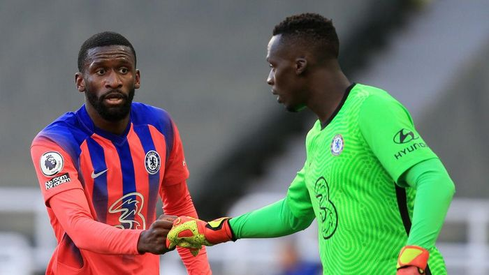 NEWCASTLE UPON TYNE, ENGLAND - NOVEMBER 21: Antonio Ruediger of Chelsea fist bumps teammate Edouard Mendy during the Premier League match between Newcastle United and Chelsea at St. James Park on November 21, 2020 in Newcastle upon Tyne, England. Sporting stadiums around the UK remain under strict restrictions due to the Coronavirus Pandemic as Government social distancing laws prohibit fans inside venues resulting in games being played behind closed doors. (Photo by Lindsey Parnaby - Pool/Getty Images)