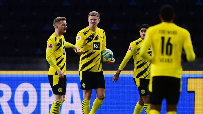 BERLIN, GERMANY - NOVEMBER 21: Erling Haaland of Dortmund celebrates his teams second goal with teammate Marco Reus during the Bundesliga match between Hertha BSC and Borussia Dortmund at Olympiastadion on November 21, 2020 in Berlin, Germany. Football Stadiums around Europe remain empty due to the Coronavirus Pandemic as Government social distancing laws prohibit fans inside venues resulting in fixtures being played behind closed doors. (Photo by Clemens Bilan - Pool/Getty Images)