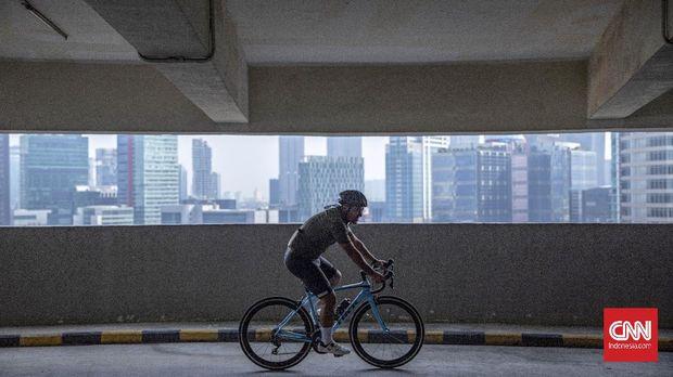 Warga mengayuh sepedanya di rampa spiral gedung parkir Mal Kuningan City, Jakarta, Minggu, 22 november 2020. Selain untuk meningkatkan kebugaran di tengan pandemi Covid-19, kegiatan tersebut juga bertujuan untuk meningkatkan animo masyarakat untuk berkunjung ke pusat perbelanjaan. CNN Indonesia/Bisma Septalisma