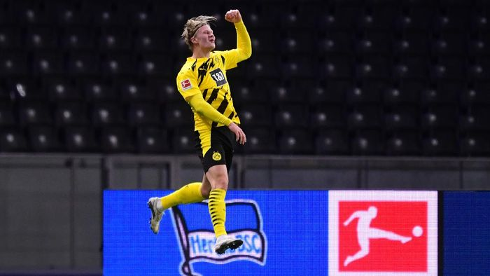BERLIN, GERMANY - NOVEMBER 21: Erling Haaland of Dortmund celebrates his teams fifth and his personal fourth goal during the Bundesliga match between Hertha BSC and Borussia Dortmund at Olympiastadion on November 21, 2020 in Berlin, Germany. Football Stadiums around Europe remain empty due to the Coronavirus Pandemic as Government social distancing laws prohibit fans inside venues resulting in fixtures being played behind closed doors. (Photo by Clemens Bilan - Pool/Getty Images)