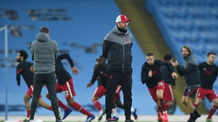 MANCHESTER, ENGLAND - NOVEMBER 08: Jurgen Klopp, Manager of Liverpool looks on prior to the Premier League match between Manchester City and Liverpool at Etihad Stadium on November 08, 2020 in Manchester, England. Sporting stadiums around the UK remain under strict restrictions due to the Coronavirus Pandemic as Government social distancing laws prohibit fans inside venues resulting in games being played behind closed doors. (Photo by Shaun Botterill/Getty Images)