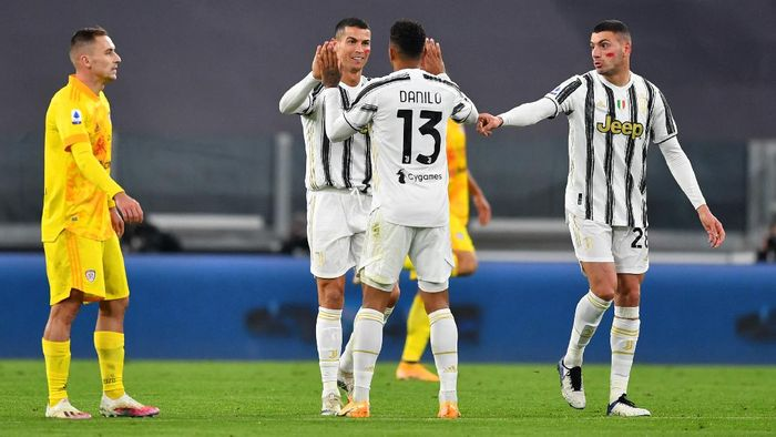 TURIN, ITALY - NOVEMBER 21: Cristiano Ronaldo of Juventus celebrates with teammate Danilo after scoring his teams first goal  during the Serie A match between Juventus and Cagliari Calcio at  on November 21, 2020 in Turin, Italy. Football Stadiums around Europe remain empty due to the Coronavirus Pandemic as Government social distancing laws prohibit fans inside venues resulting in fixtures being played behind closed doors. (Photo by Valerio Pennicino/Getty Images)