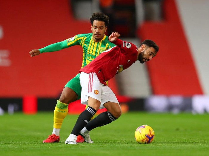 MANCHESTER, ENGLAND - NOVEMBER 21: Bruno Fernandes of Manchester United is challenged by Matheus Pereira of West Bromwich Albion during the Premier League match between Manchester United and West Bromwich Albion at Old Trafford on November 21, 2020 in Manchester, England. Sporting stadiums around the UK remain under strict restrictions due to the Coronavirus Pandemic as Government social distancing laws prohibit fans inside venues resulting in games being played behind closed doors. (Photo by Catherine Ivill/Getty Images)