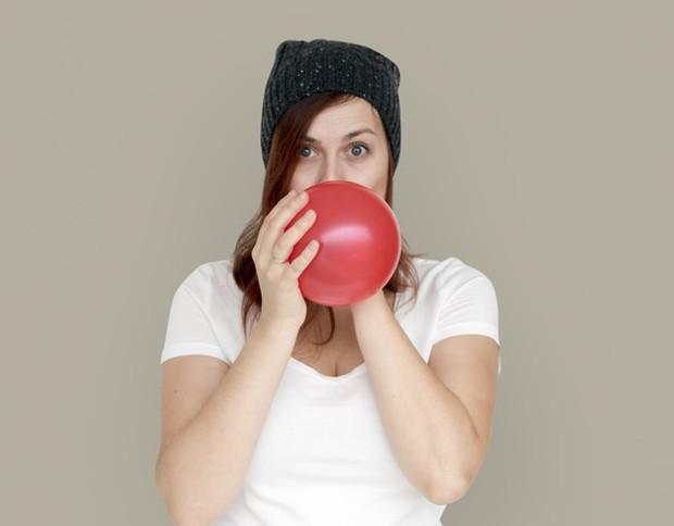 Meniup balon dapat membantu mengencangkan pipi sehingga tulang rahang lebih menonjol/freepik.com