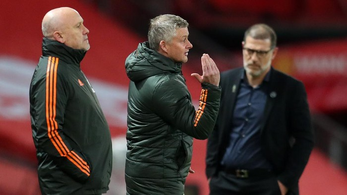 MANCHESTER, ENGLAND - NOVEMBER 21: Ole Gunnar Solskjaer, Manager of Manchester United gives his team instructions during the Premier League match between Manchester United and West Bromwich Albion at Old Trafford on November 21, 2020 in Manchester, England. Sporting stadiums around the UK remain under strict restrictions due to the Coronavirus Pandemic as Government social distancing laws prohibit fans inside venues resulting in games being played behind closed doors. (Photo by Catherine Ivill/Getty Images)